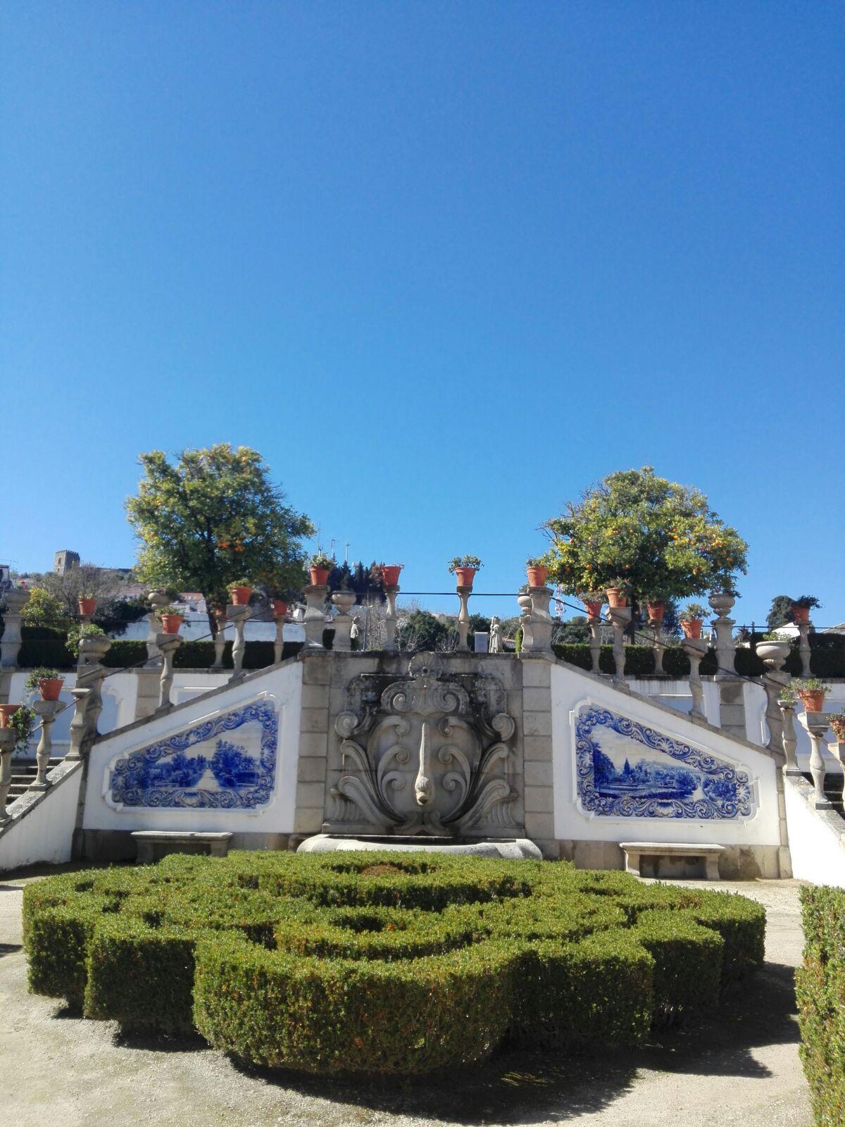 el palacio episcopal y los jardines tipo laberinto y el parque municipal le dan aire y elegancia
