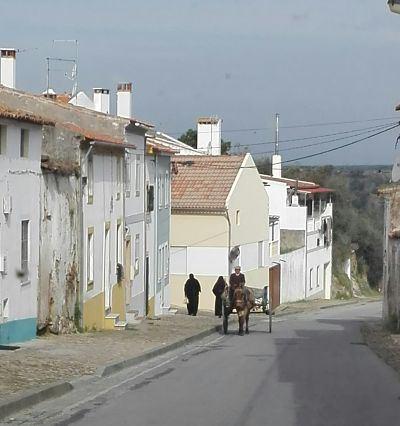 nisa nos avisa ya de lo que vamos a por el alentejo casas en blanco y con rayas amarillas en las cantoneras o bases